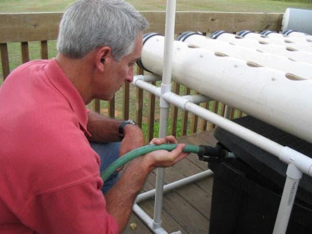 Pha trộn các chất dinh dưỡng và nước trong bể chứa