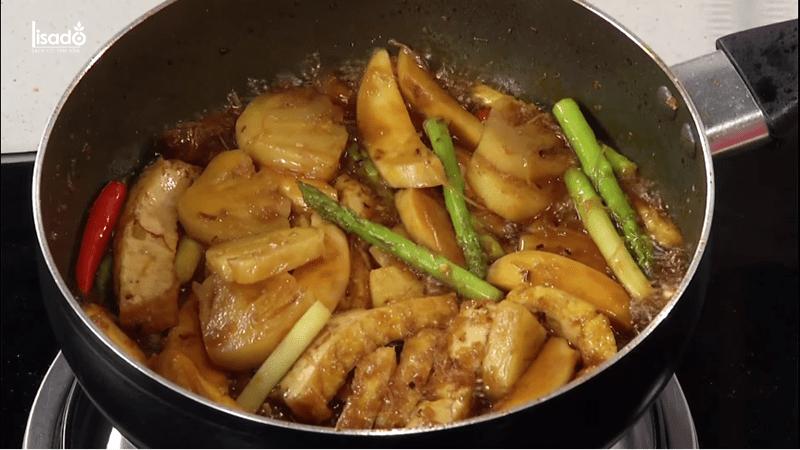 Cách làm món măng tây kho chay cùng nấm đùi gà