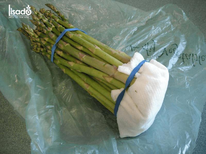Bảo quản măng tây bằng giấy báo, giấy ẩm
