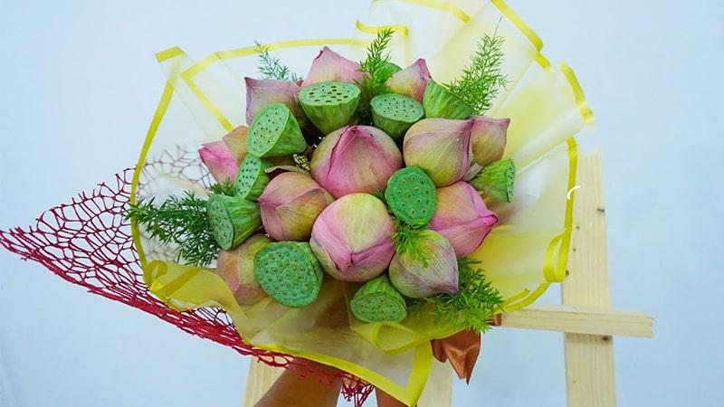 Cách cắm lá măng tây kết hợp cùng hoa sen