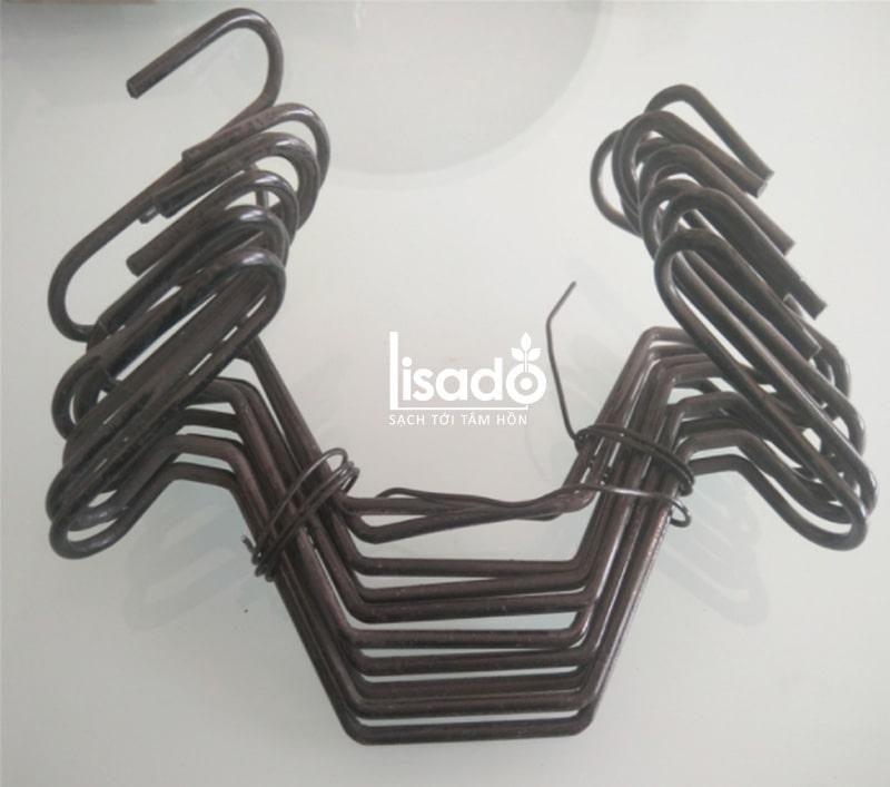 Móc treo dây đè màng được gắn thẳng vào phần nẹp C của nhà kính để giúp cố định phần dây đè màng mái, đè màng vách. Tránh sự tác động của gió to, bão lớn gây tốc mái.